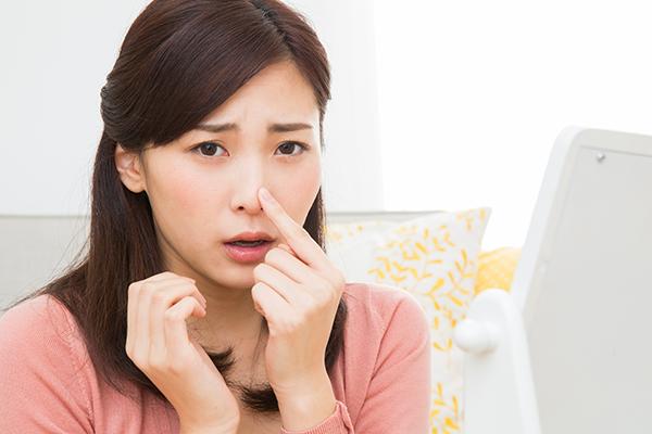 イチゴ鼻の原因とは?正しいケアとメイクで毛穴の黒ずみを解消!