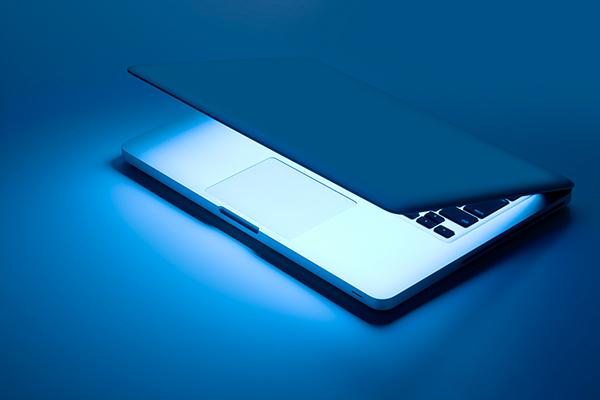 ブルーライトが放つ強い可視光線の悪影響とは?スマホ使用時の注意点