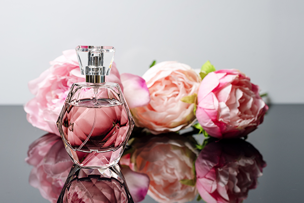 香水の正しいつけ方とは?濃度で変わる香水の種類と上手な香らせ方